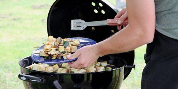 Spiesjes met gegrilde groenten en haloumi